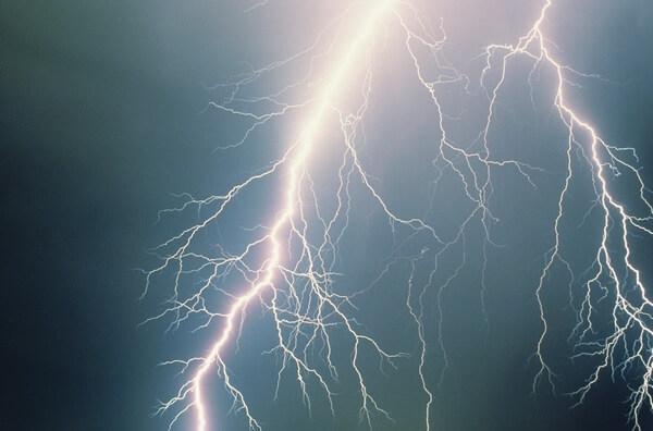 Гром и молния на дороге