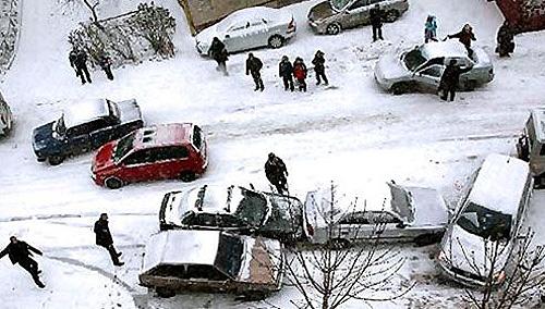 Женщина погибла под колесами фуры во дворе жилого дома в Минске