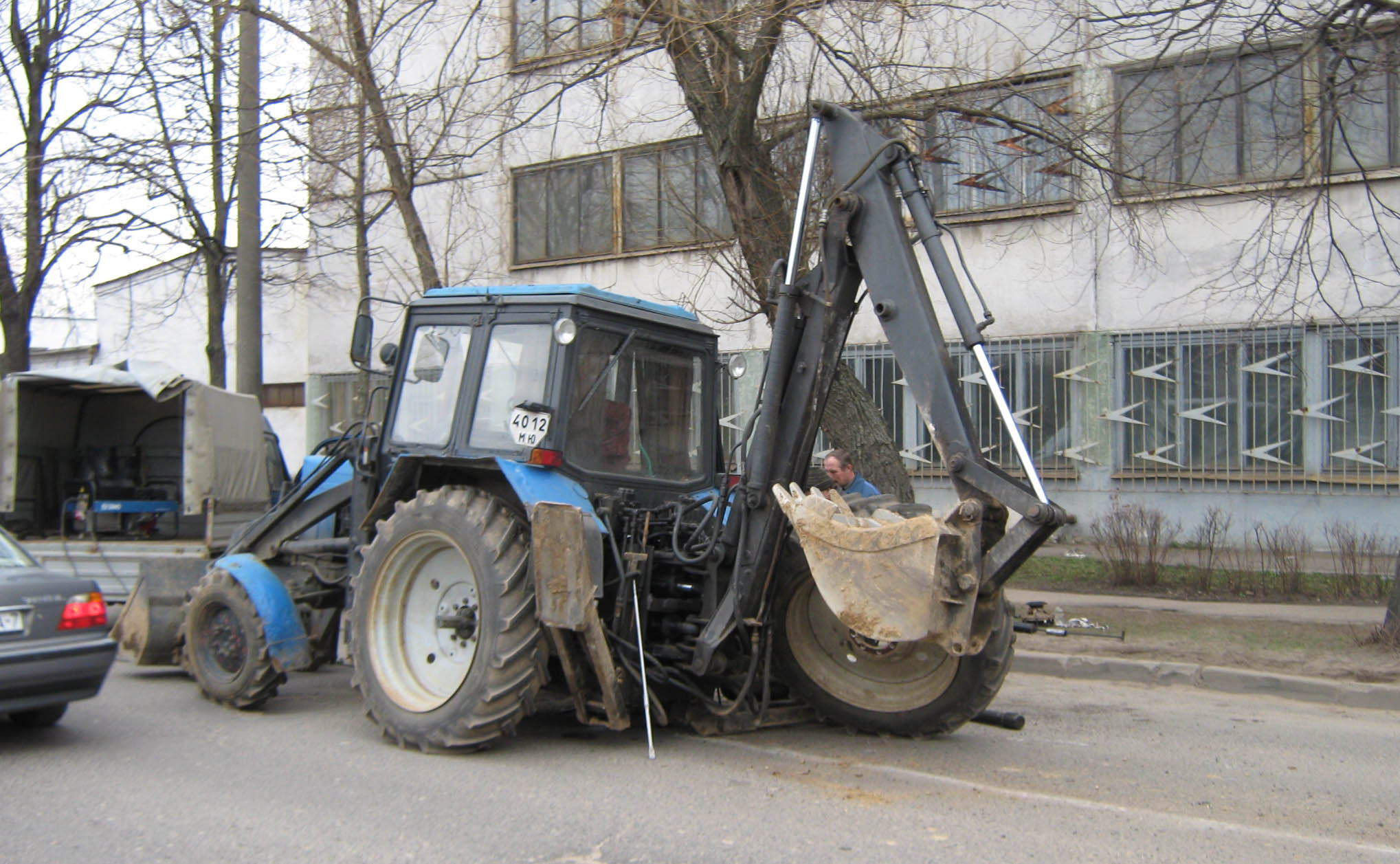 В Минске у трактора отвалилось колеса. Поврежден Мицубиси Лансер
