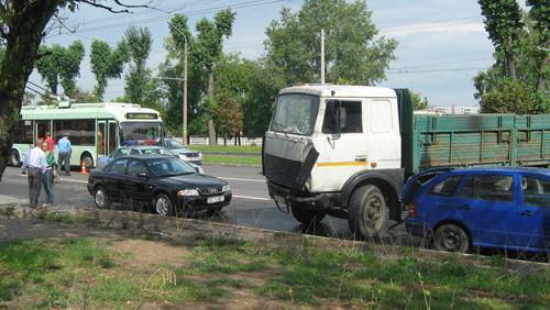 В Минске занесло МАЗ – повреждены две легковушки