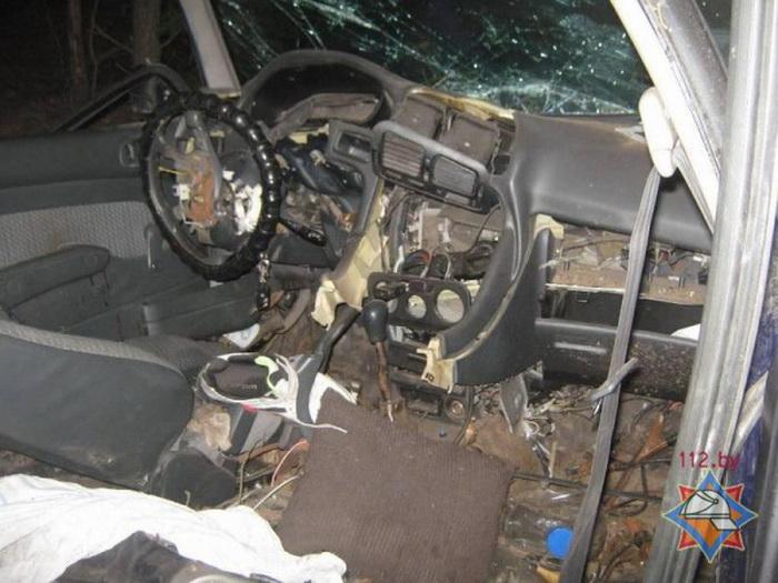 Mitsubishi вылетел в кювет - спасатели деблокировали водителя