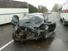 В смятку: Opel Calibra попал под автобус