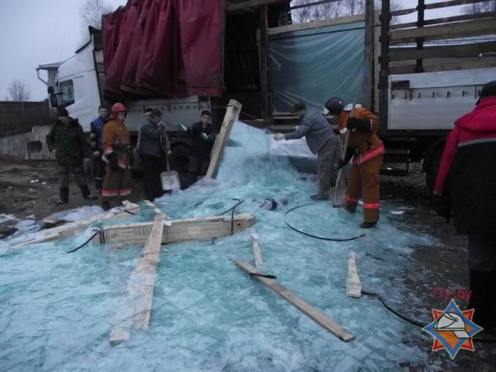 Грузчика завалило стеклом из упавшего контейнера
