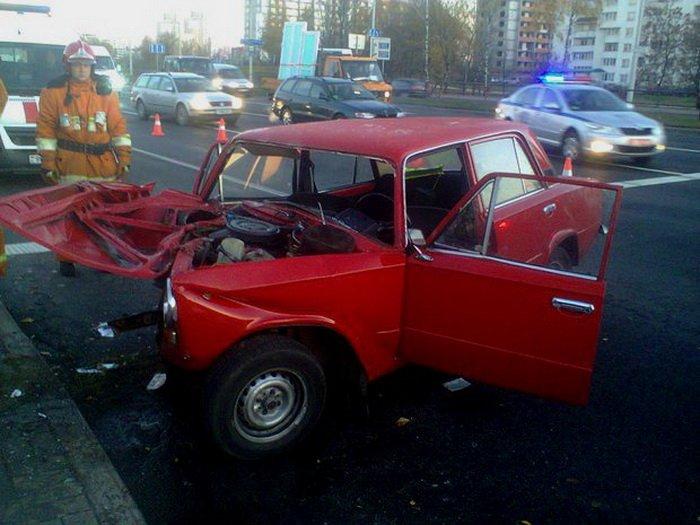 77-летний водитель врезался в Минске в столб