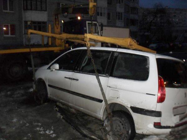Два автомобиля провалились под землю