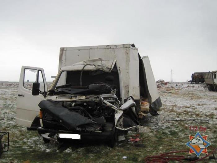 На трассе Минск - Гомель столкнулись фургон и грузовик
