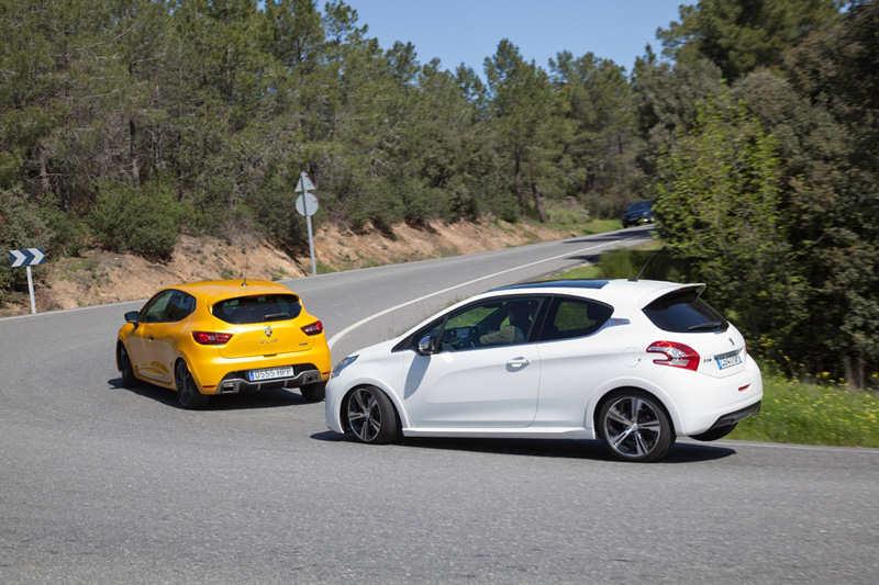Сравнительный тест автомобилей Peugeot 208 GTI и Renault Clio R