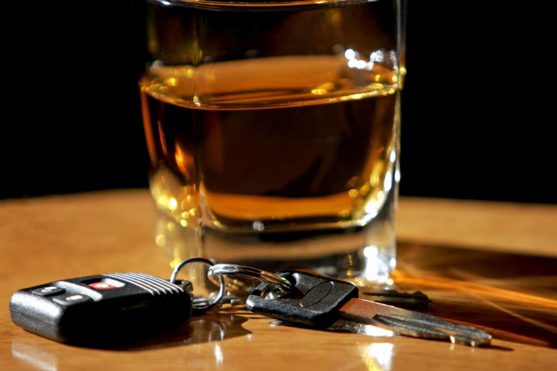 стакан с алкоголем, ключи от автомобиля