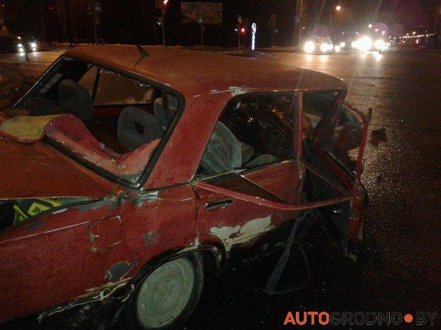 """В Гродно Audi A8 вылетела на тротуар, а """"жигули"""" несколько раз перевернулись"""