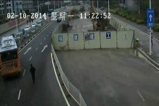 Китаец сумел догнать и остановить потерявший управление автобус