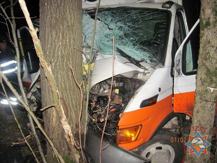 В Шумилинском районе Iveco врезался в дерево: двое пострадавших