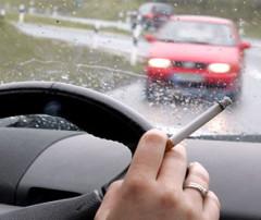 В Англии запретили курить в автомобиле