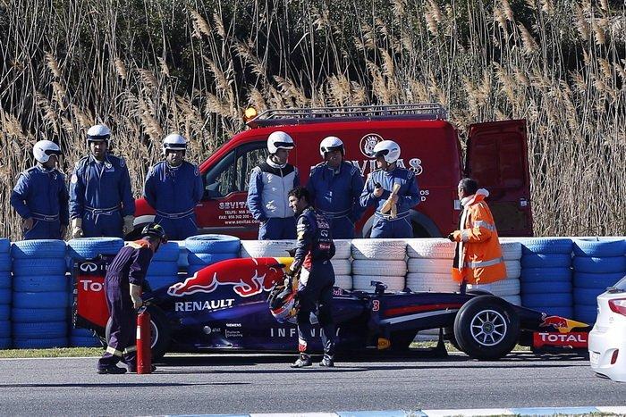Болид Red Bull вновь остановился на трассе. Пилот Даниэль Риккардо беспомощен что-либо сделать