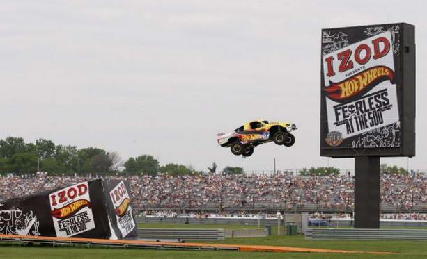 гонщик, рекордсмен, поставить рекорд, самый длинный прыжок на автомобиле