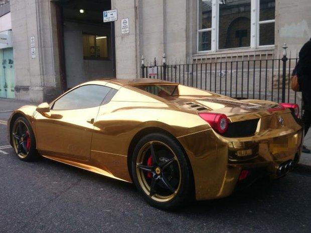 арабский спортсмен покрыл свой автомобиль золотой пленкой