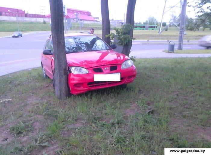 пьяного водителя пришлось доставать из болота