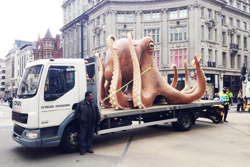 гигантский осьминог в Лондоне перегородил дорогу