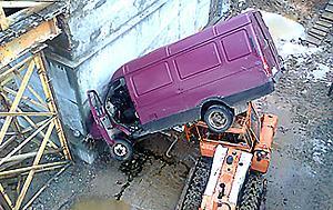 падение авто с моста