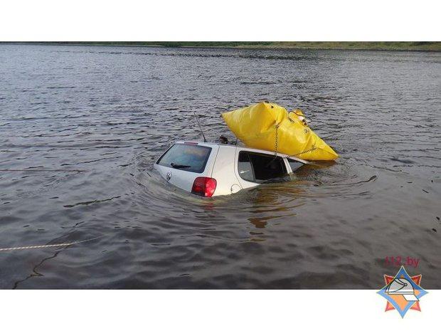 Мужчина приехал порыбачить и оставил автомобиль на берегу реки. Спустя время машина покатилась, съехала в воду и утонула. 12 июля, в 16.20, спасателям поступило сообщение о том, что в Западную Двину около деревни Хотиничи упал автомобиль. Оказалось, на расстоянии 8-10 метров от берега на глубине 5 м затонул VW Polo 2000 года выпуска. 31-летний мужчина приехал на рыбалку и оставил автомобиль на берегу реки. Через некоторое время машина покатилась и затонула.