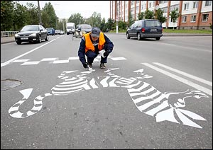В Витебске несколько пешеходных переходов приняли очертания настоящей зебры