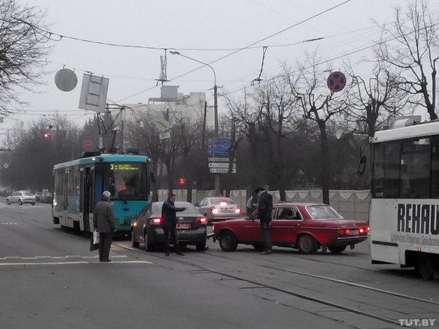 авария, мерсес, тойота, трамвайный