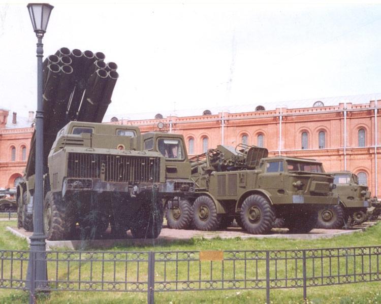 На переднем плане БМ-9А52-4 Смерч на автошасси МАЗ-543М