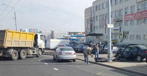 В Минске Peugeot столкнулся с грузовиком и вылетел на остановку