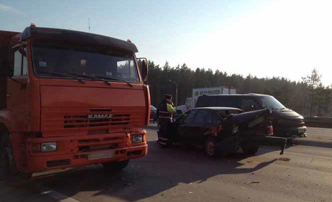 В Минске на кольцевой столкнулись BMW и «КамАЗ»