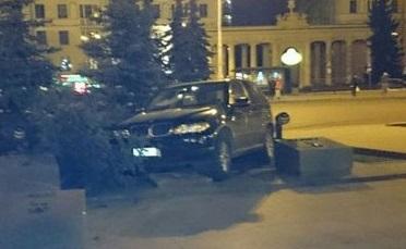 BMW X5 на площади Победы снес памятный знак
