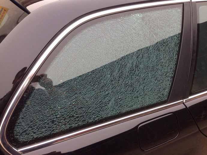 В Гродно на парковке прострелили стекло автомобилю