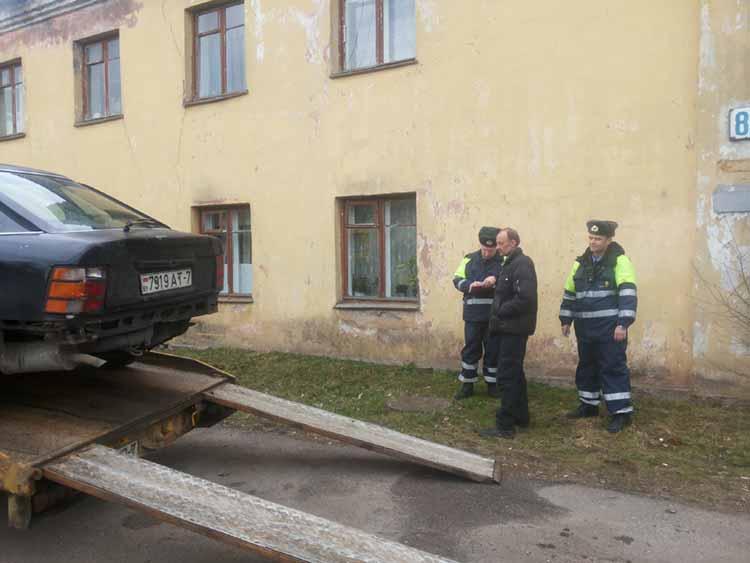 «Форд Скорпио» задним ходом совершил наезд на припаркованный «Опель Зафира»