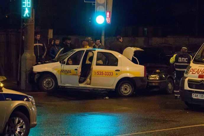 В Гомеле автомобиль такси въехал в столб: пострадали водитель и пассажир