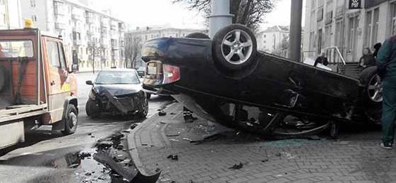 В центре столицы произошла авария: Subaru снес столб и опрокинулся