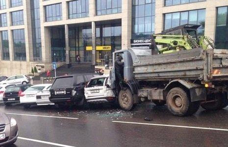 В столице МАЗ без управления разбил 8 припаркованных машин