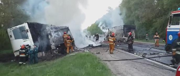 На трассе М10 в результате столкновения загорелись две фуры: один человек погиб
