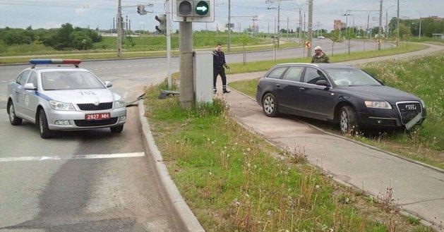 Нарушитель на Audi A6, скрываясь от ГАИ, чуть не врезался в столб