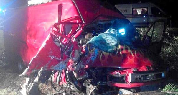 Авария на М1: микроавтобус съехал в кювет и врезался в дерево