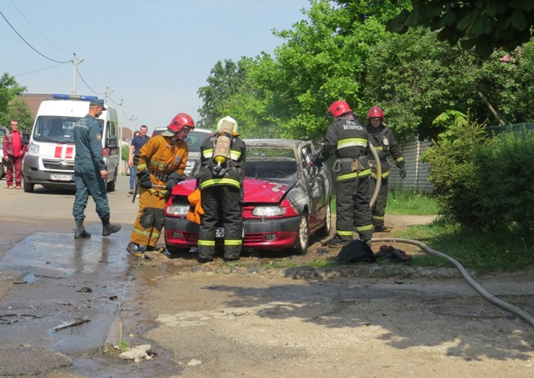 В Минске Alfa Romeo загорелась, сама завелась и выехала из гаража
