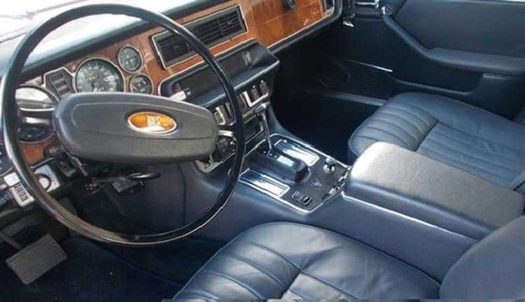 В столичном конфискате на аукционе продали раритетный Jaguar XJ12