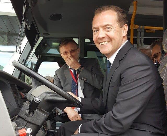 Медведев протестировал российский электробус второго поколения