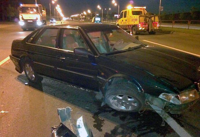 Водитель разбил свою машину и бросил ее на дороге
