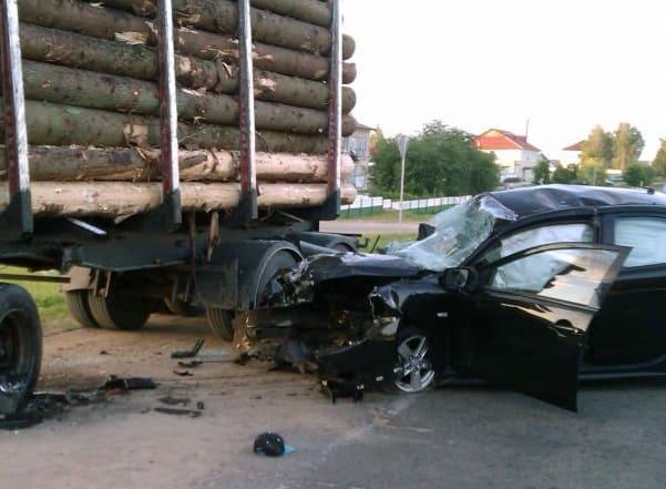 ДТП с участием Mitsubishi и лесовоза: погибли двое парней