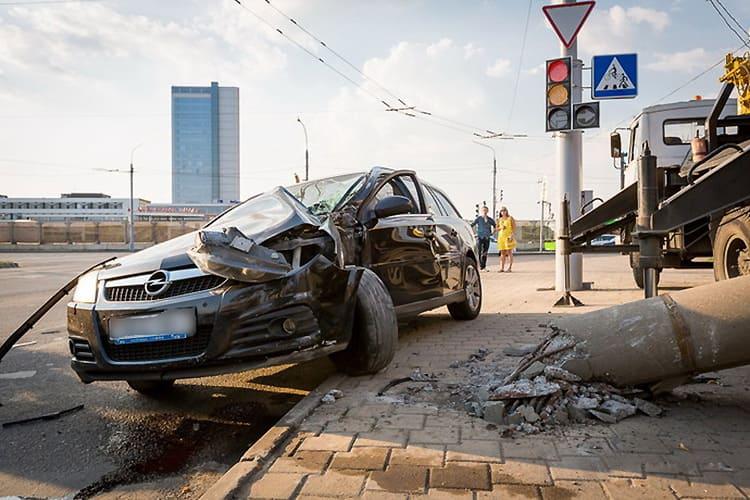 В Минске столкнулись Audi и Opel: Opel от удара снес столб
