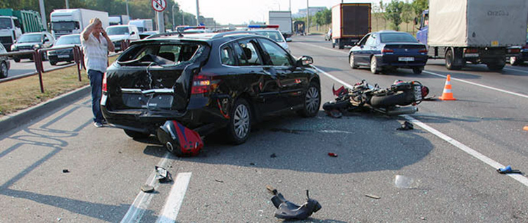 В Минске в результате ДТП мотоциклист перелетел через Renault и погиб