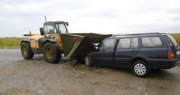 В Брестской области Volkswagen столкнулся с погрузчиком JCB