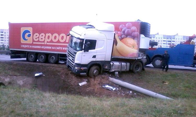 В Минске сразу несколько водителей не сумели разминуться со столбами