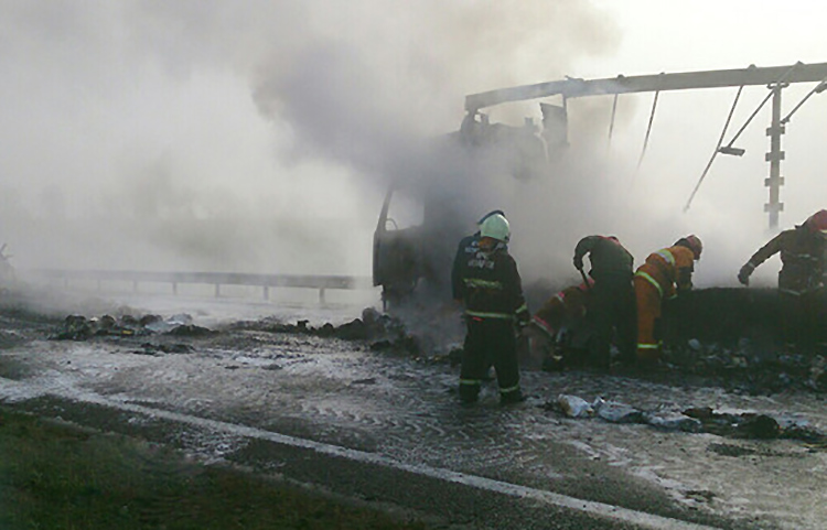 На М1 во время движения загорелся грузовик Volvo