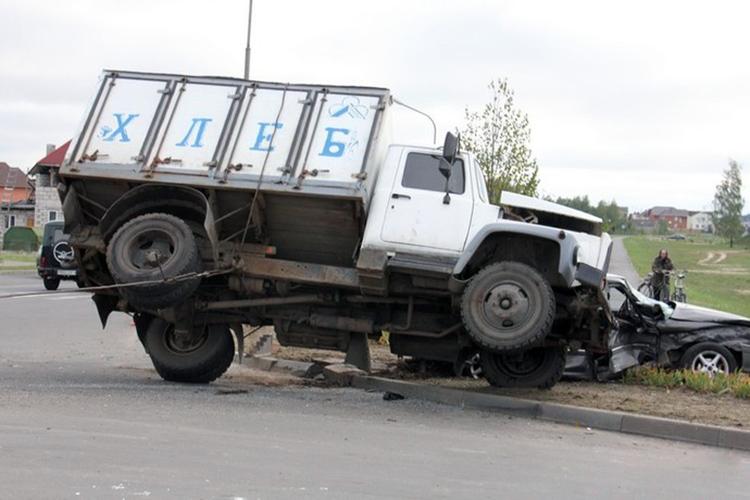 Грузовик ГАЗ опрокинулся на Mitsubishi, есть пострадавшие