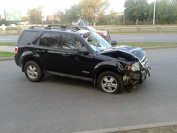 Пьяный водитель на Ford выехал на тротуар и сбил пешехода