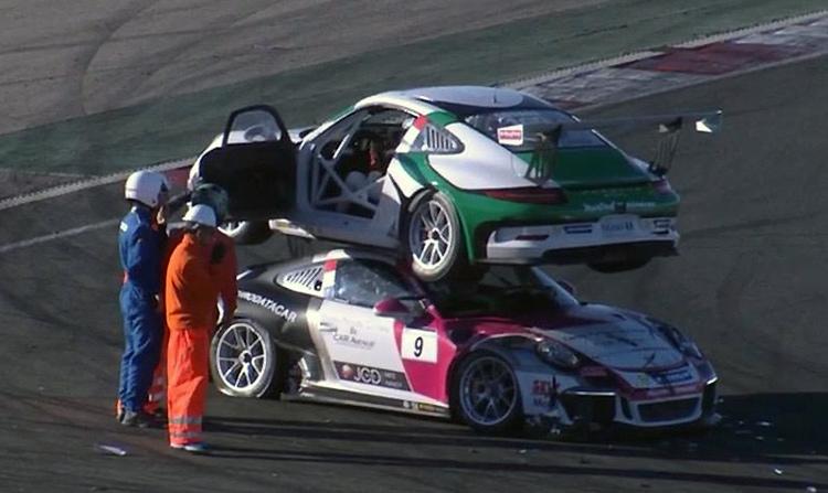 Гонщик на Porsche заехал на крышу автомобиля соперника